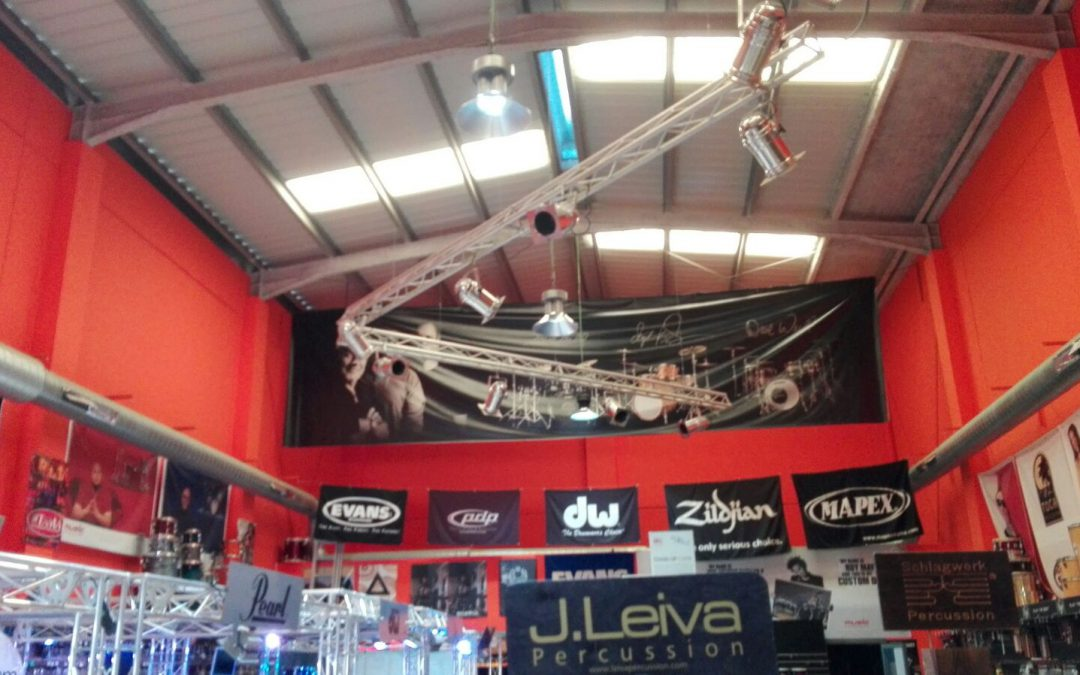 ELECTRICA ISBILYA ILUNINA CON CAMPANAS LED LAS TIENDAS MAT GUITARS Y TAMTAM PERCUSION